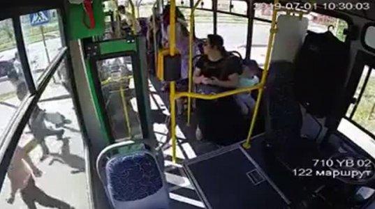 ყაზახეთში დედა-შვილი დაგორებული ავტობუსიდან გადახტნენ და ბორბლებქვეშ მოყვნენ