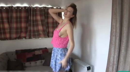 რუსის გოგო ვებ-კამერის წინ ცეკვავს