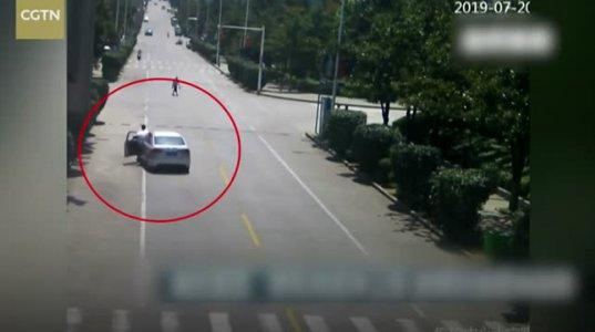 ჩინელმა ტაქსისტმა დაგორებული ავტომობილში მყოფი ბავშვები გადაარჩინა