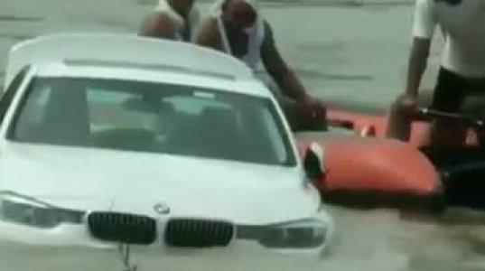 უმადურმა ინდოელმა კაცმა ნაჩუქარი BMW მდინარეში გადააგდო