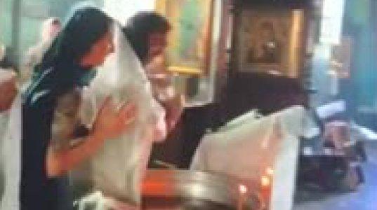 აგრესიულმა მღვდელმა ნათლობისას ჩვილს ტრამვა მიაყენა