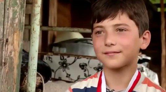 11 წლის მოჭიდავე, რომელიც მშობლებმა მიატოვეს და ბებიას მარტო უვლის