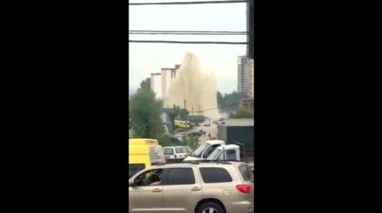 როგორ ამოხეთქა წყალმა გლდანში ერთ-ერთ ქუჩაზე