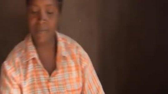 """აფრიკელი """"მეგრელი"""" - კენიელი ქალი ღომს აკეთებს"""
