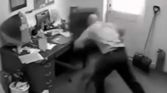 ნევროზიანმა ოფისის თანამშრომელმა ჯერ სკამი დალეწა, მერე მთელი ოფისი მიაყოლა