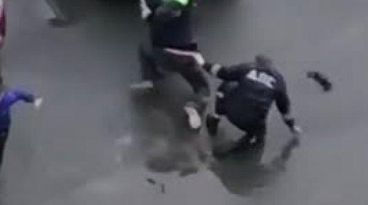 """მთვრალმა მძღოლმა საგზაო პოლიციელები  """"მიძუყნა"""", ხალხი კი დგას და სეირს უყურებს"""