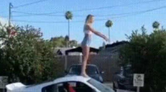 """იმედია მეუღლის მანქანაა, გოგომ სპორტული მანქანის სახურავზე """"სალტოს"""" გაკეთებისას უკანა მინა ჩალეწა"""