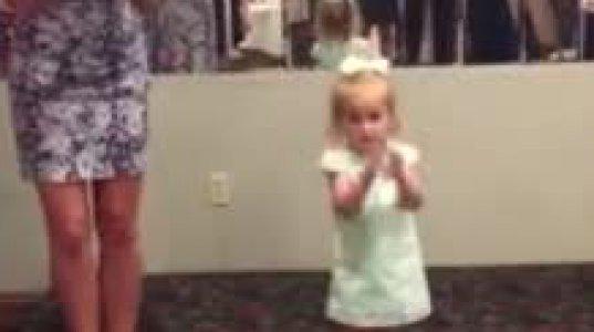 ულამაზესი დედის გვერდით 2 წლის გოგონა ირლანდიურ ცეკვას ცეკვავს და მნახველები ოვაციით პასუხობენ