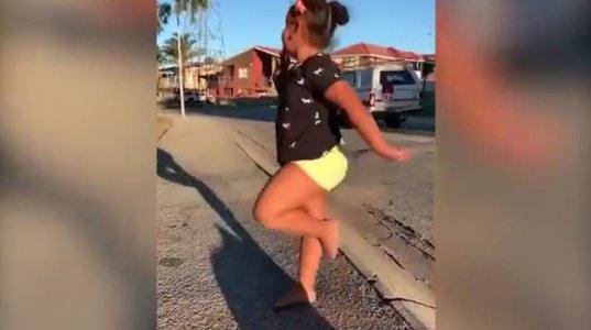 პატარა აფრიკელი გოგო ცეკვავს