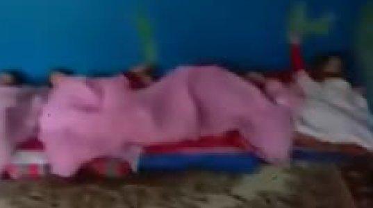 ზუგდიდის საბავშვო ბაღში ბავშვებს იატაკზე გაშლილ საბნებზე სძინავთ