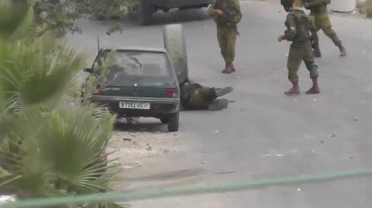 პალესტინელები ეკაიფებიან ებრაელ ჯარისკაცებს