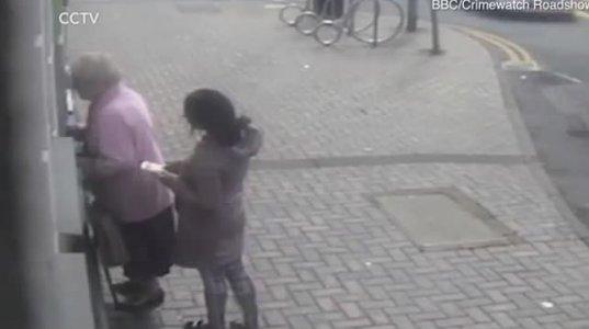 ბანკომატთან მდგარ პენსიონერს ორსული ქალი დაესხა თავს (ვიდეო)
