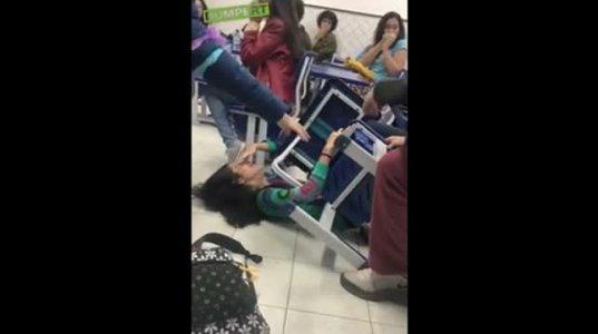 """გოგო მძინარე კლასელს """"უჩალიჩებდა"""" და თავად აღმოჩნდა ძალზე უხერხულ სიტუაციაში"""