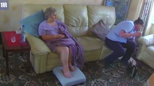 მომვლელი მოხუც ქალს ურტყამს, რა მოხდა, როცა მოულოდნელად ოთახში მისი ქალიშვილი შევიდა
