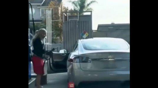 """ქალი საჭესთან ეს უკვე ხოხმაა, გოგო ცდილობს """"ტესლას""""  ელექტრომობილში საწვავის ჩასხმას"""