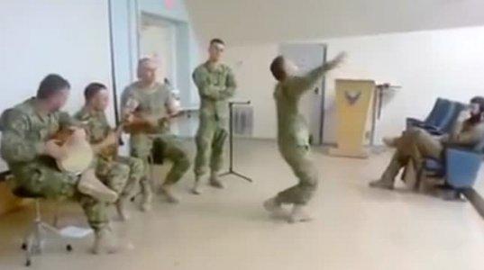 ქართველი ჯარისკაცების საოცარი ცეკვა და სიმღერა