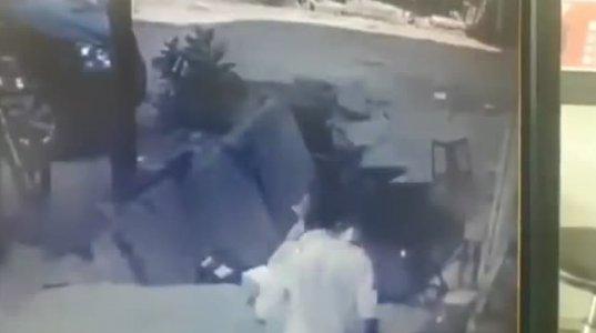 ტროტუარმა კაცი ერთ წამში ჩაყლაპა - სათვალთვალო კამერით გადაღებული საშინელი კადრები