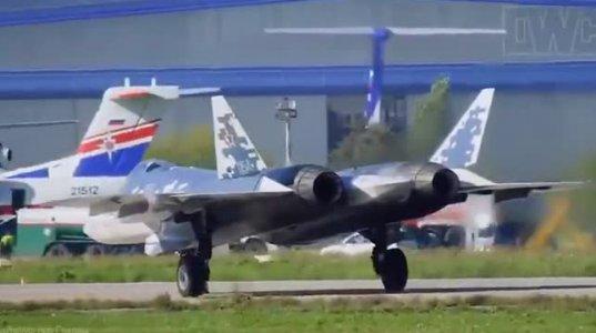 """აი როგორ იშორებს დაფრენის მერე """"Су-57""""-ი სამუხრუჭე პრაშუტებს"""
