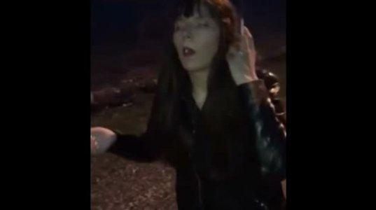 ახალგაზრდა ქალი ნარკოტიკული თრობის გამო მონუმენტივითაა გაშეშებული