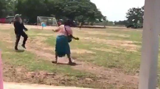 არა აქ სიცილს ვერავინ შეიკავებს, აფრიკელი ქალი შვილის ფეხბურთის თამაშს ესწრება და ლამის თავადაც ითამაშოს