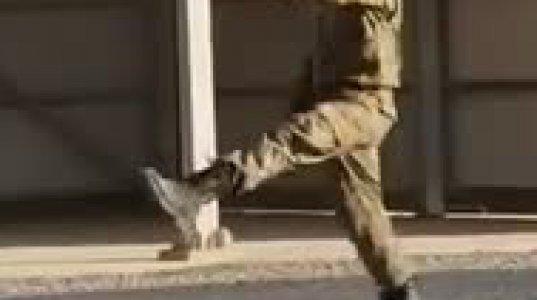 სიცილი დაცემამდე ანუ როგორ სწავლობს ჯარისკაცი მწყობრი ნაბიჯებით სიარულს
