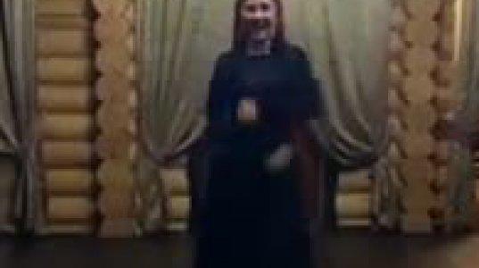 ქალი ლეზგინკას ცეკვავს
