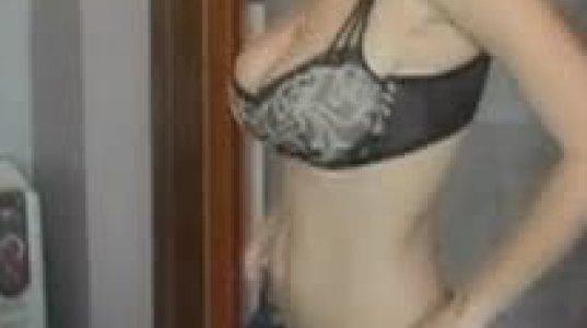 მკერდმაღალი გოგო ჯინსის შარვალს იცვამს და ბიუსტი ვნებიანად უთიმთიმებს