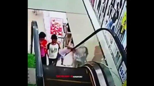 ზე იღბლიანია ეს გოგო, სხვას თავს წააწყვეტდა ესკალატორი