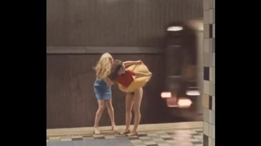 """გოგოს """"განიავება"""" მოუნდა, კაბა აიწია და მეტროპოლიტენის მატარებელს მიუშვირა """"ტამტამები"""""""