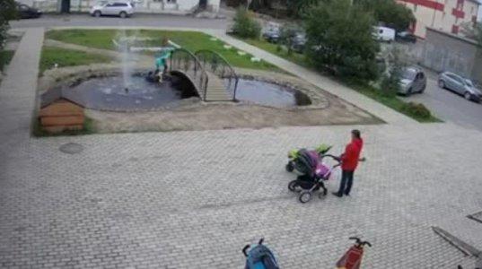 იდიოტი დედები, შეჰყვნენ საუბარს და ბავშვი შადრევნის აუზში იხრჩობოდა, რომ არ მიშველებოდნენ