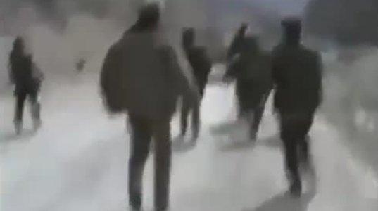 აზერბაიჯანელი ოფიცერი ფრონტისკენ მიერეკება ამ სიტყვის სრული მნიშვნელობით ჯარისკაცებს
