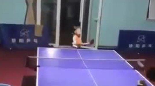 ვუნდერკინდია ეს ბავშვი, ნახეთ როგორ თამაშობს მაგიდის ჩოგბურთს