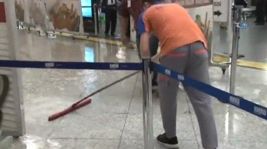 თურქული აეროპორტის შენობაში ისევე წვიმს, როგორც ქუჩაში
