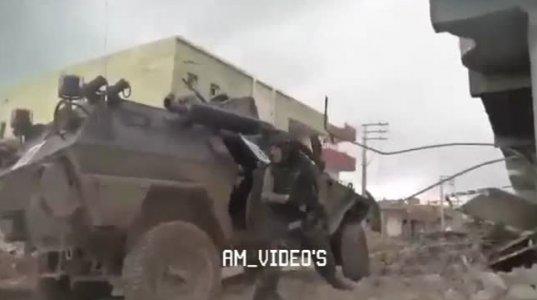 თურქი სამხედროების მიერ დაჭრილის ევაკუაციის პროცესი. რაღაცნაირად დაბნეულები  ჩანან
