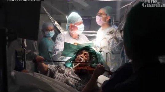 პაციენტი უკრავს ვიოლინოზე ტვინის ოპერაციის მიმდინარეობისას