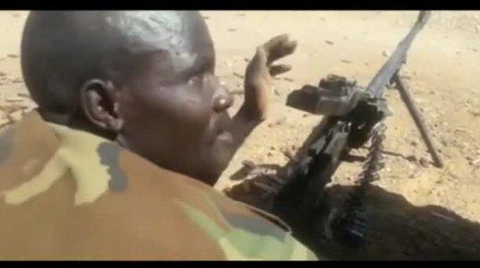 """აფრიკელი მებრძოლი ტყვიამფრქვევში უკუღმა დებს ტყვიების """"ლენტს"""""""