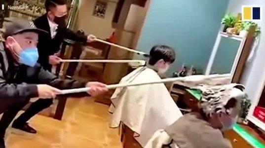 ჩინელმა პარიკმახერებმა კორონავირუსის გამო შორიდან თმის შეჭრის და დაბანის მეთოდი მოიფიქრეს