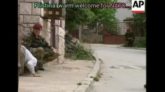 """კოსოვოელი მოქალაქე """"ნატოს"""" ჯარისკაცს ფეხსაცმელზე ემთხვია მადლიერების ნიშნად"""