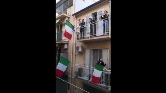 კარანტიში მყოფი იტალიელები აივნებზე ქვეყნის ჰიმნს მღერიან