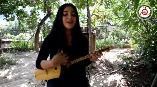 ქისტი, ულამაზესი გოგონა ფანდურზე უკრავს და ჩეჩნურად სასიამოვნოდ მღერის