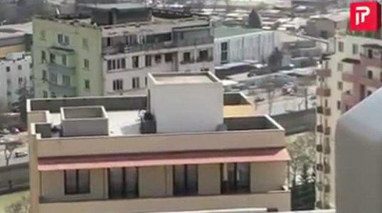 მოქალაქე თბილისში კორპუსის სახურავზე ველოსიპედით სეირნობს
