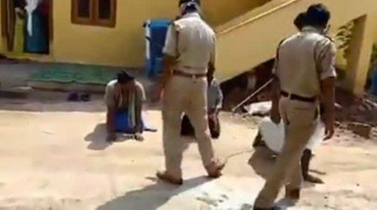 კარანტინის დამრღვევთ ინდური პოლიცია ესე სჯის