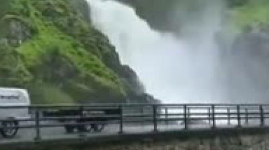 მომნუსხველი  ჩანჩქერი ნორვეგიაში