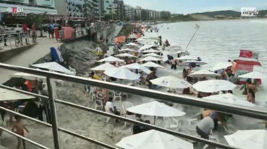 მოვარდნილმა ტალღებმა, დამსვენებლები სანაპიროდან წამოყარა