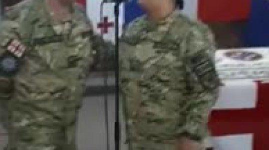 ქართული სამხედრო პოლიციის მაიორი ქალბატონი მღერის აფრიკულ მისიაში