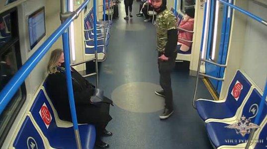 დანით და პისტოლეტით შეიარაღებული მამაკაცი მოსკოვის მეტროში ხალხს ემუქრებოდა..