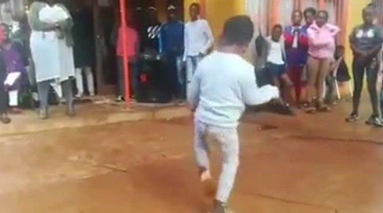 აფრიკელი ბავშვი საოცრად ცეკვავს