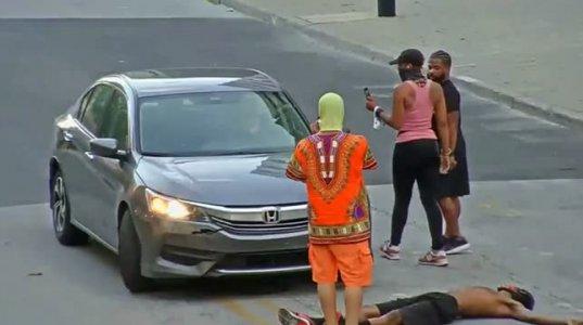 ლუისვილის პოლიციამ დააკავა დემონსტრანტი,რომელიც მანქანას ყალთაბანდურად წინ დაუწვა,შემდეგ კი წიხლები ურტყა