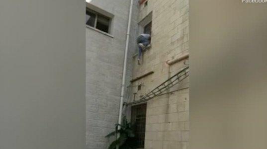 შვილი საავადმყოფოს ფანჯარაში გადაძვრა,რომ კორონავირუსით დაავადებული დედისთვის ცოცხალი მიესწრო(პალესტინა)