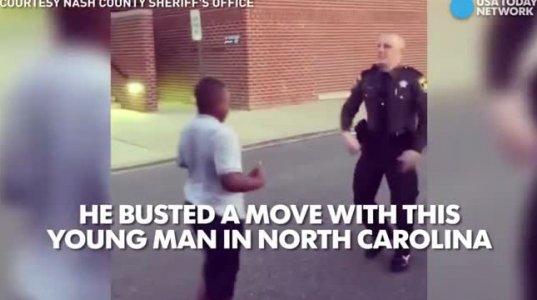 პოლიციელი და ფერადკანიანი ბავშვის ცეკვის დუეტი